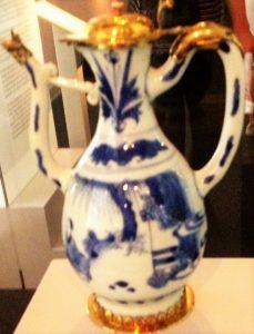 Chinesisches Porzellan - In Hamburg waren es vorrangig portugiesische Juden, die Handelskontakte nach Fernost hatten und diese wertvolle Ware in die Stadt brachten. Das blaue Porzellan war Vorbild für portugiesische Majolika, die sehr beliebt war.